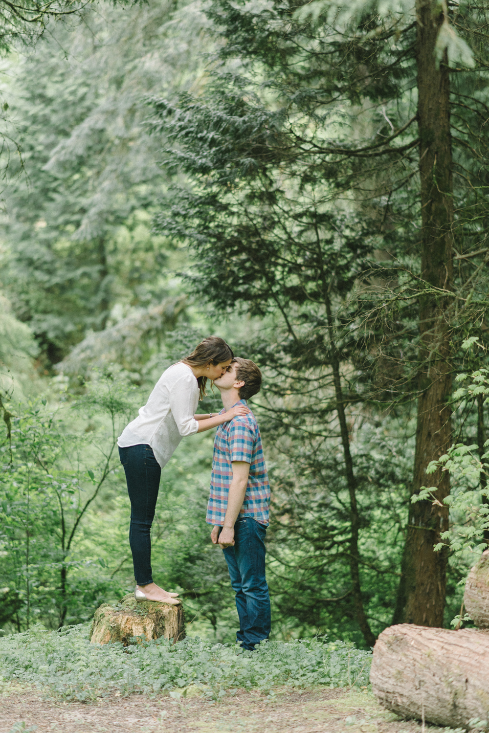 Portland-oregon-engagement-session-photographer-hoyt-arboretum-washington-park-shelley-marie-photography-forest-natural-woodland-wooden-log-kiss-moss-11