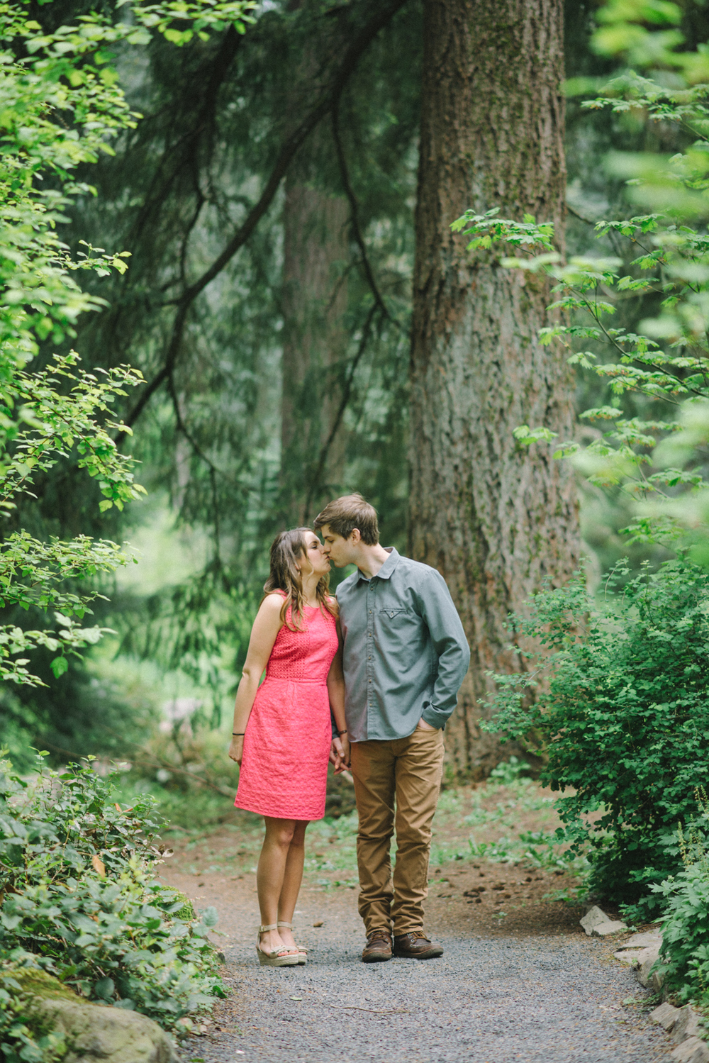 Portland-oregon-romantic-engagement-session-photographer-hoyt-arboretum-washington-park-shelley-marie-photography-forest-natural-woodland-kiss-17