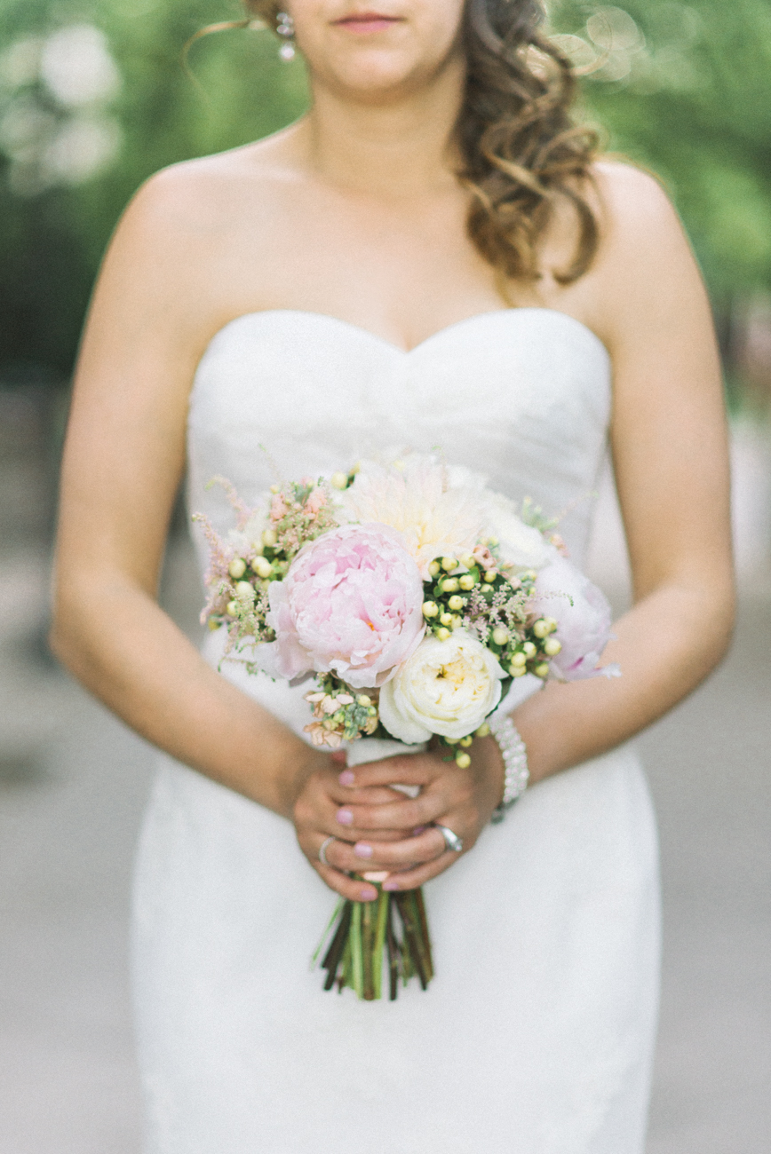 tanner-springs-park-ecotrust-building-wedding-bouquet-portland-oregon-shelley-marie-photo