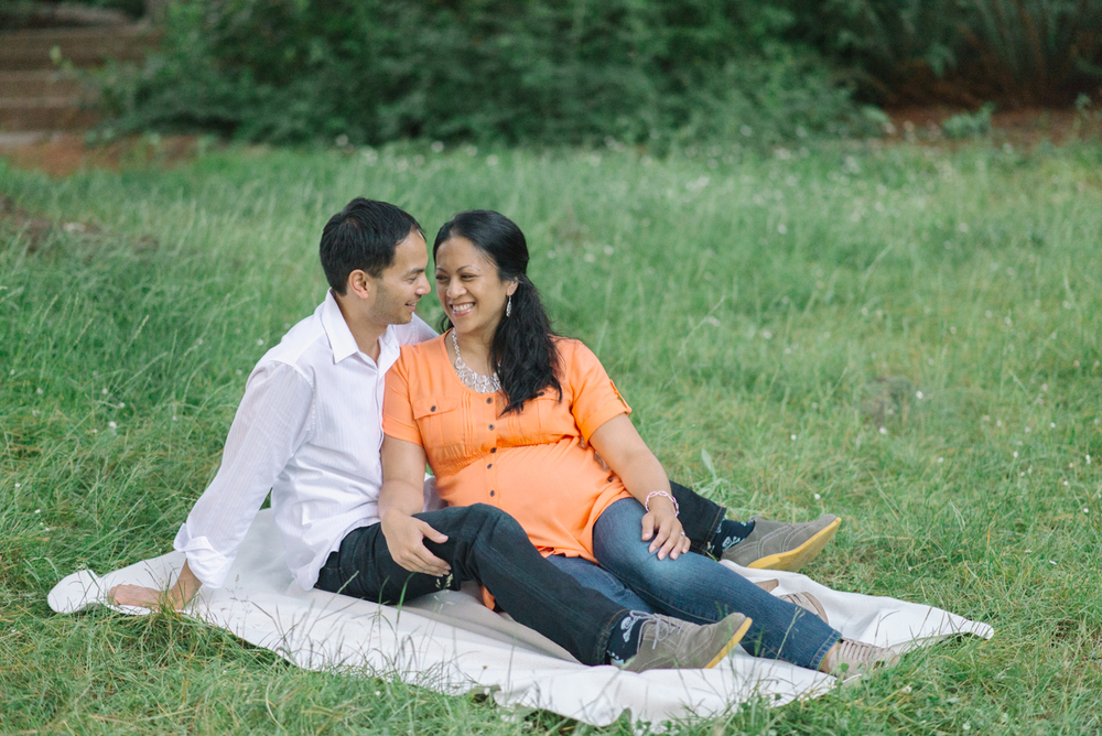 Portland-oregon-maternity-photography-couple-Hoyt-Arboretum-Washington-Park-picnic-professional-family-session-photos-natural-woodland-16