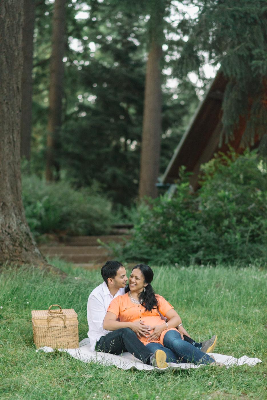 Portland-oregon-maternity-photography-couple-Hoyt-Arboretum-Washington-Park-picnic-professional-family-session-photos-natural-woodland-17