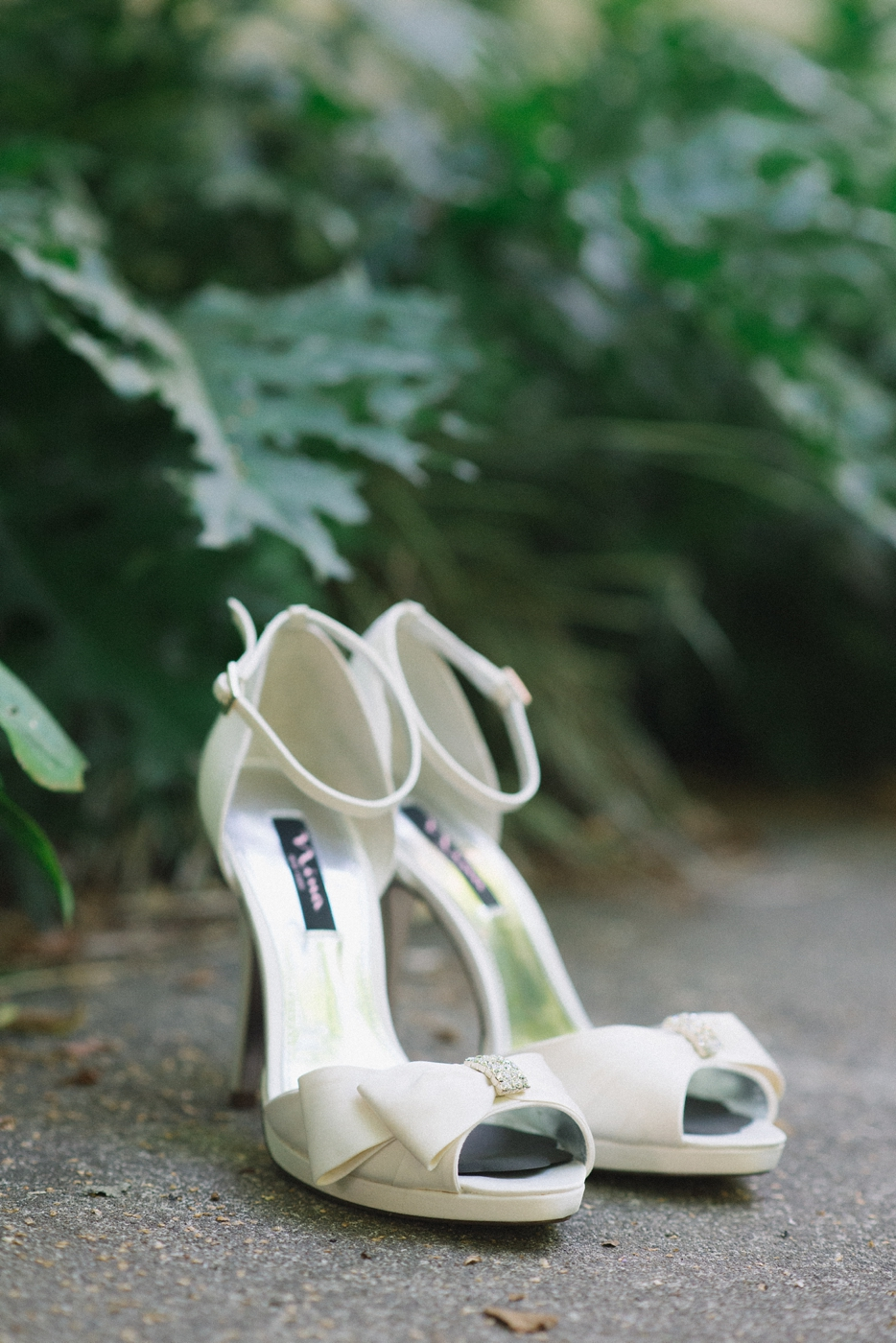 portland-oregon-wedding-photographer-shoes-high-heels-mcmenamins-edgefield-shelley-marie-photo-2