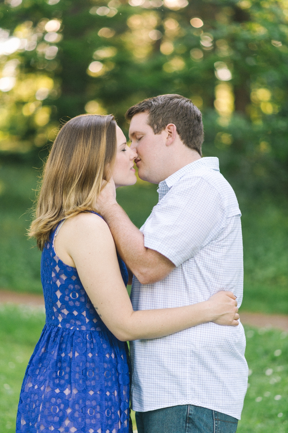 engagement-photography-portland-oregon-hoyt-arboretum-washington-park-romantic-kiss-couples-portraits-nature-natural-light-forest-field-shelley-marie-photo-7
