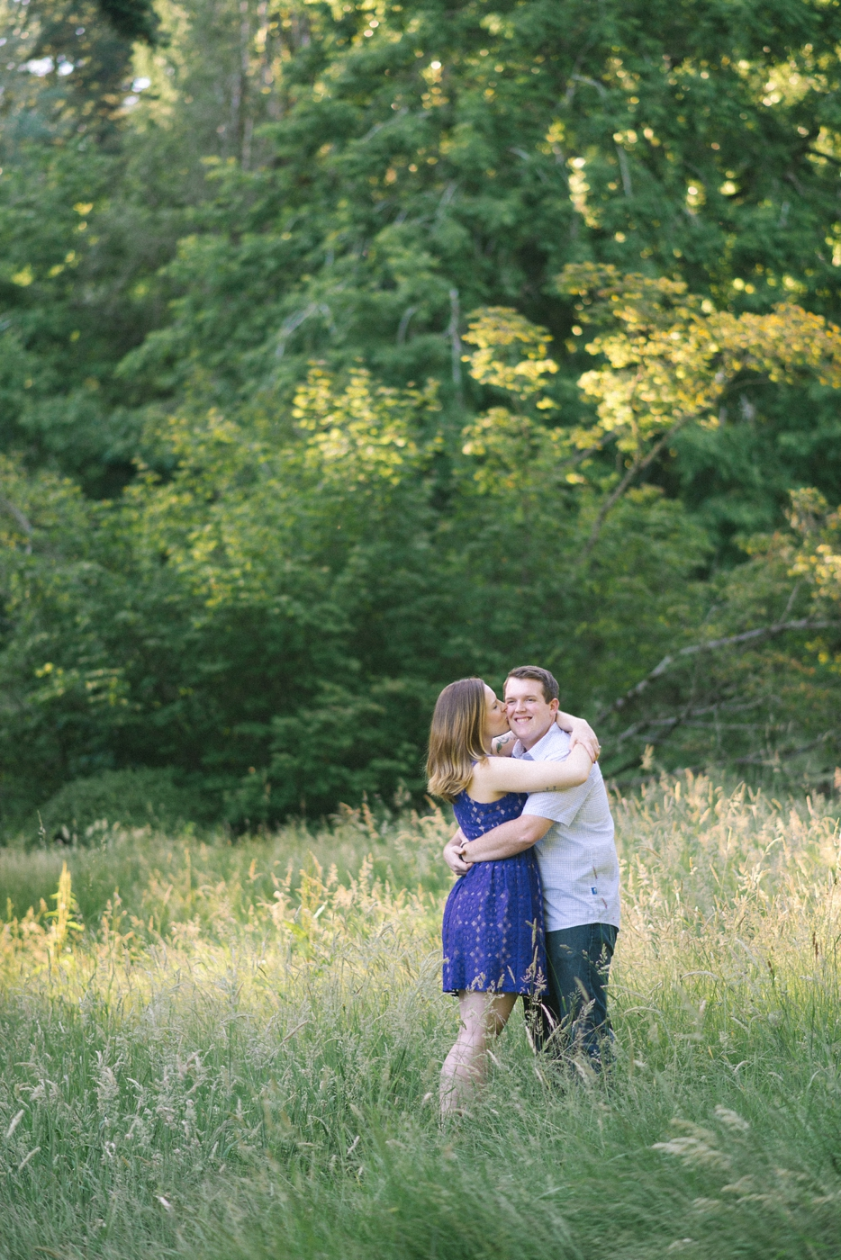 engagement-photography-portland-oregon-hoyt-arboretum-washington-park-romantic-couples-portraits-nature-natural-light-forest-field-kiss-shelley-marie-photo-4