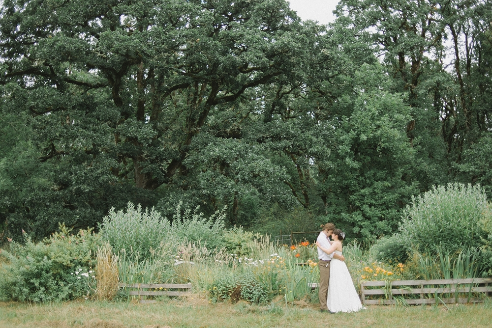 Dorris-Ranch-Springfield-Oregon-Wedding-Bride-and-Groom-Couples-Portrait-Nature-Rustic-Barn-Portland-Natural-Light-Photographer-Shelley-Marie-Photography-1.jpg