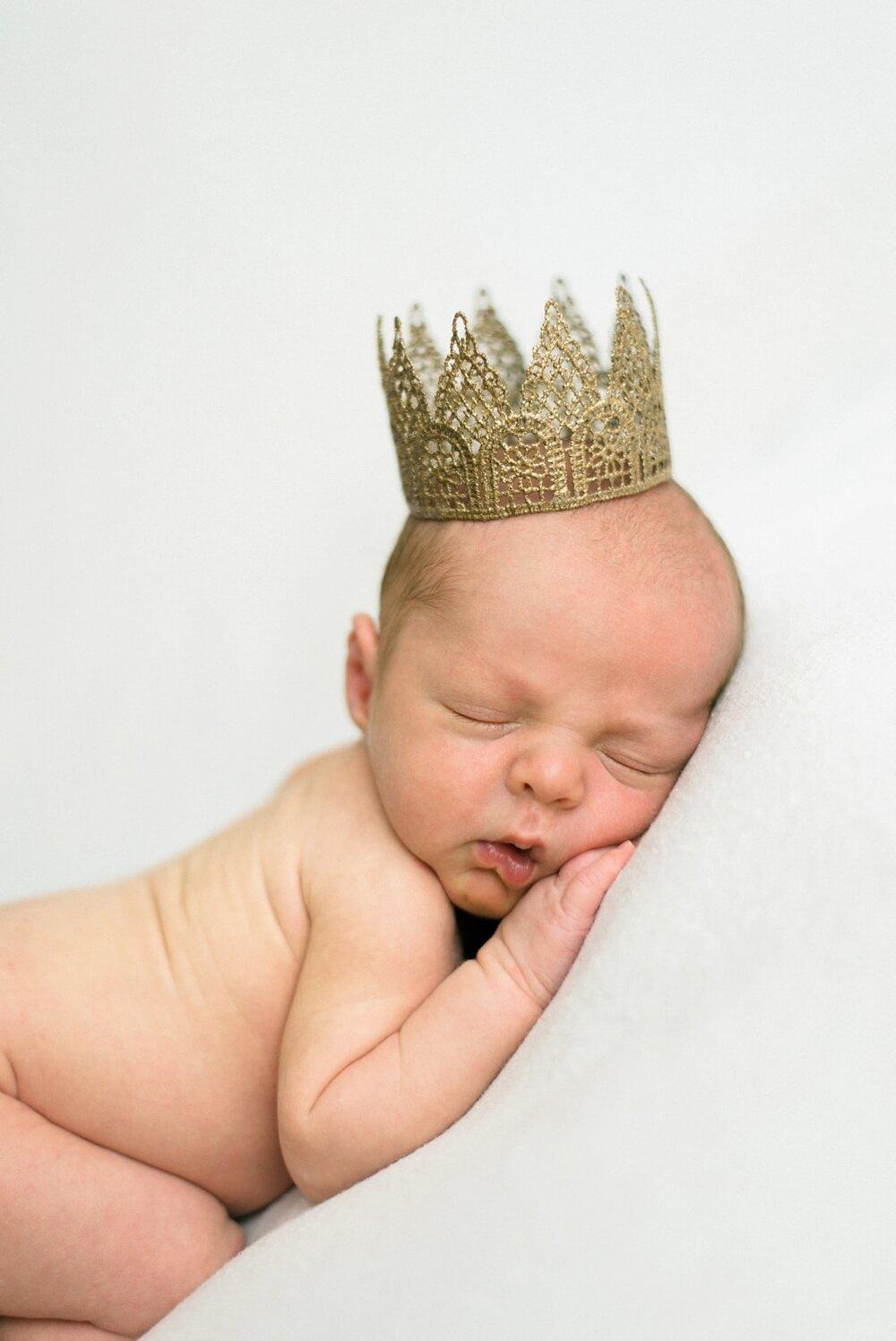 best-portland-oregon-newborn-photographer-sleeping-baby-boy-in-crown-shelley-marie-photography-43.jpg