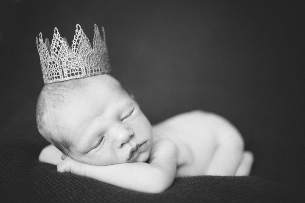 best-portland-oregon-newborn-photographer-sleeping-baby-boy-in-prince-crown-shelley-marie-photography-43.jpg