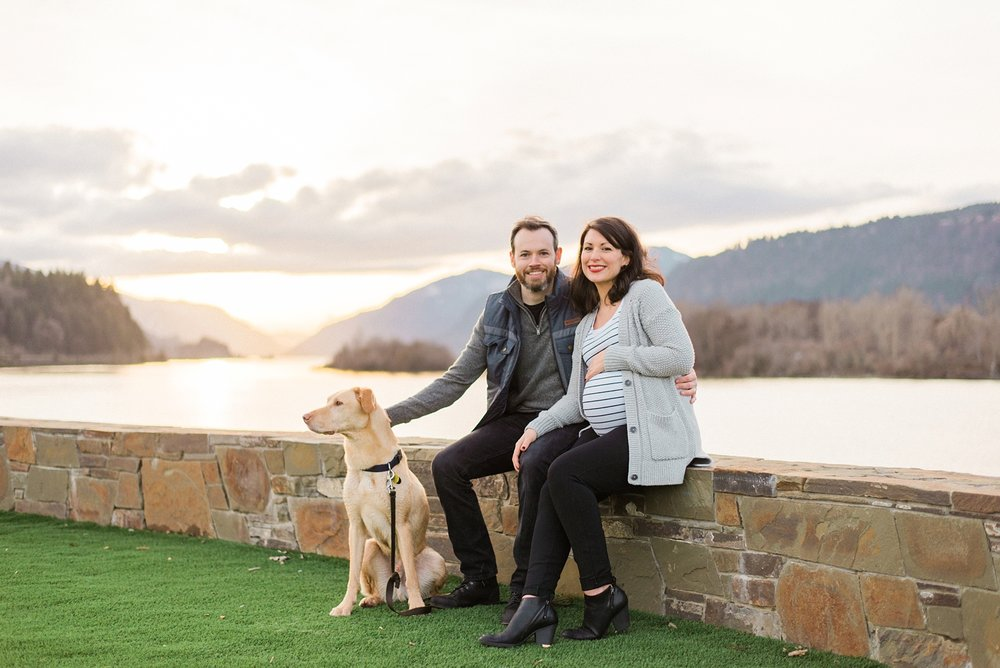 hood-river-maternity-photos-with-dog-columbia-river-gorge-shelley-marie-photo-150_cr.jpg