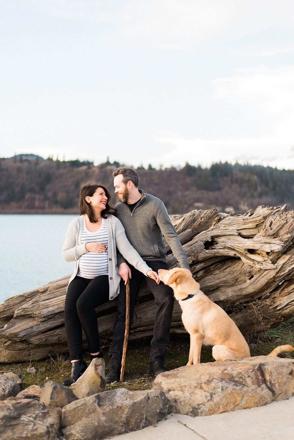 hood-river-maternity-photos-with-dog-columbia-river-gorge-shelley-marie-photo-120_cr.jpg
