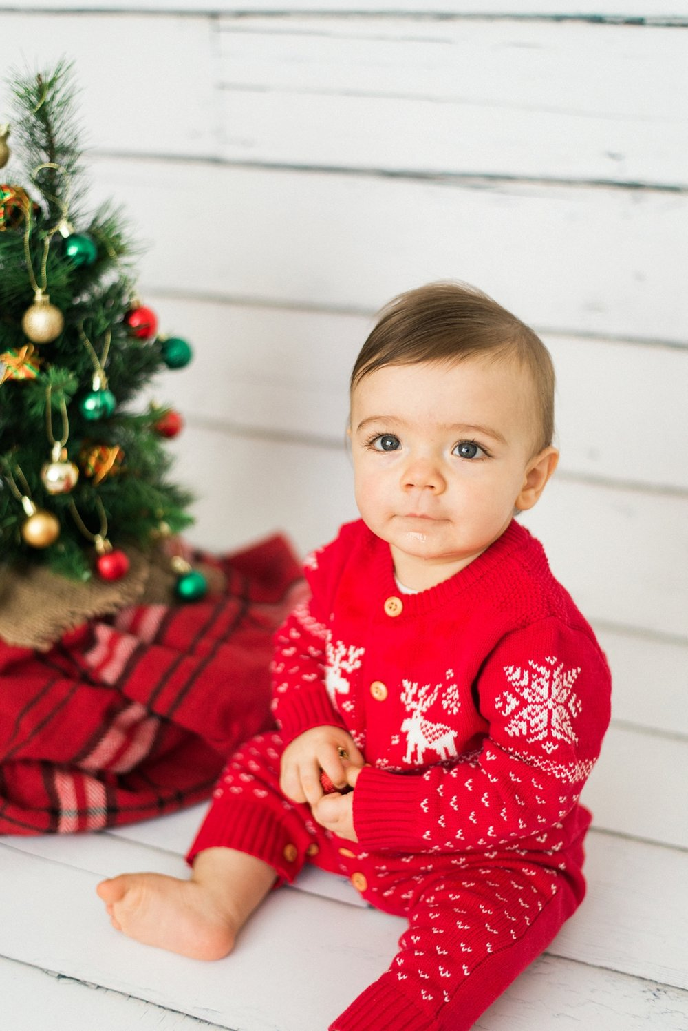 portland-newborn-christmas-tree-holiday-photos-1-year-baby-portrait-session-084_cr.jpg