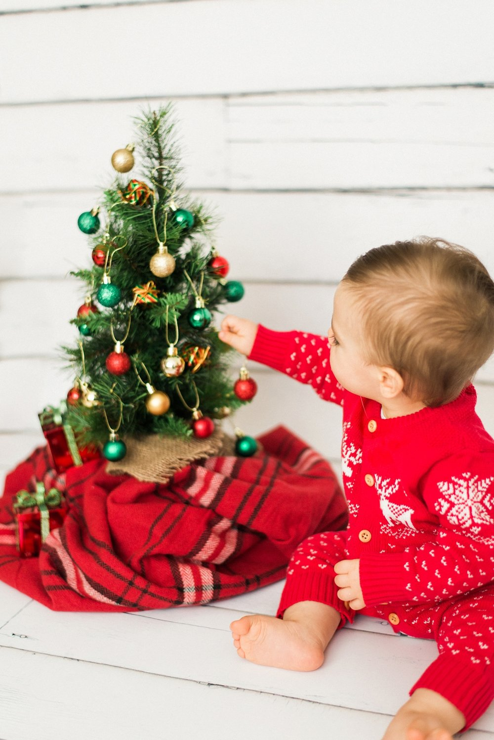 portland-newborn-christmas-tree-holiday-photos-1-year-baby-portrait-session-091_cr.jpg