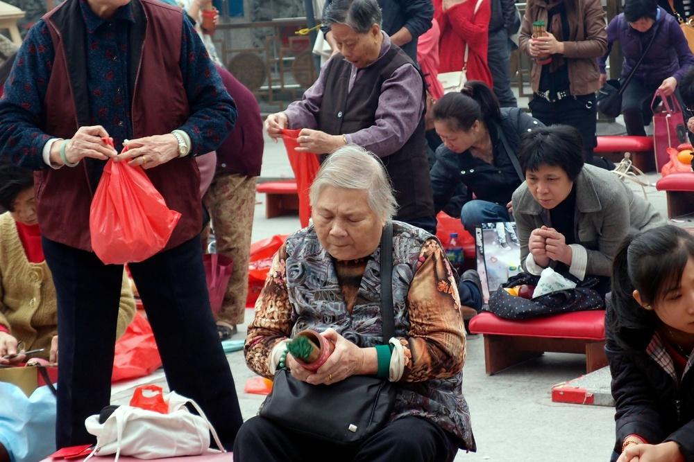 praying at the Sik Sik Yuen Wong Tai Sin Temple
