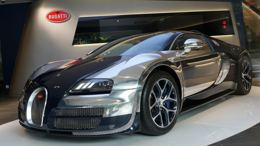 Oh Lordy, an even better shot of the Bugatti Veyron behind reflective glass...