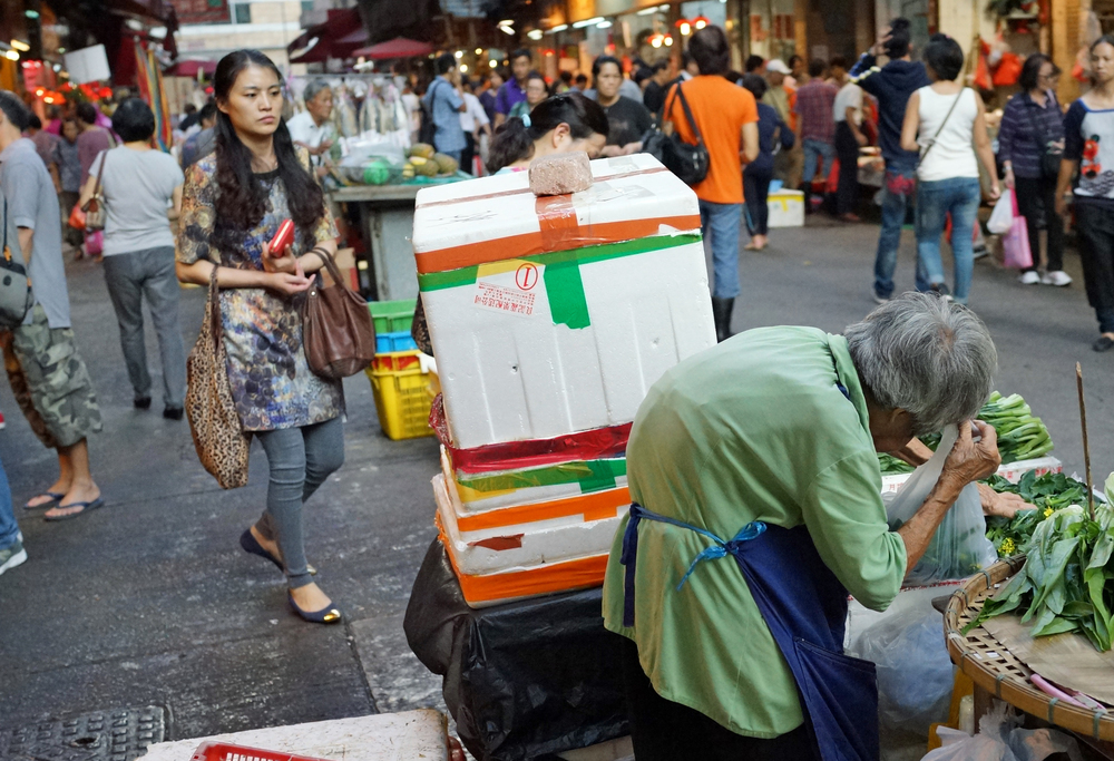 This scene is played out in most of Hong Kong street markets on a daily basis, very old ladies eking out a living selling all manner of cheap basic foods from corn to radish to ginger. You cannot help but feel sorry for them and our Government needs to try much harder to make sure that our old folk have a comfortable retirement.