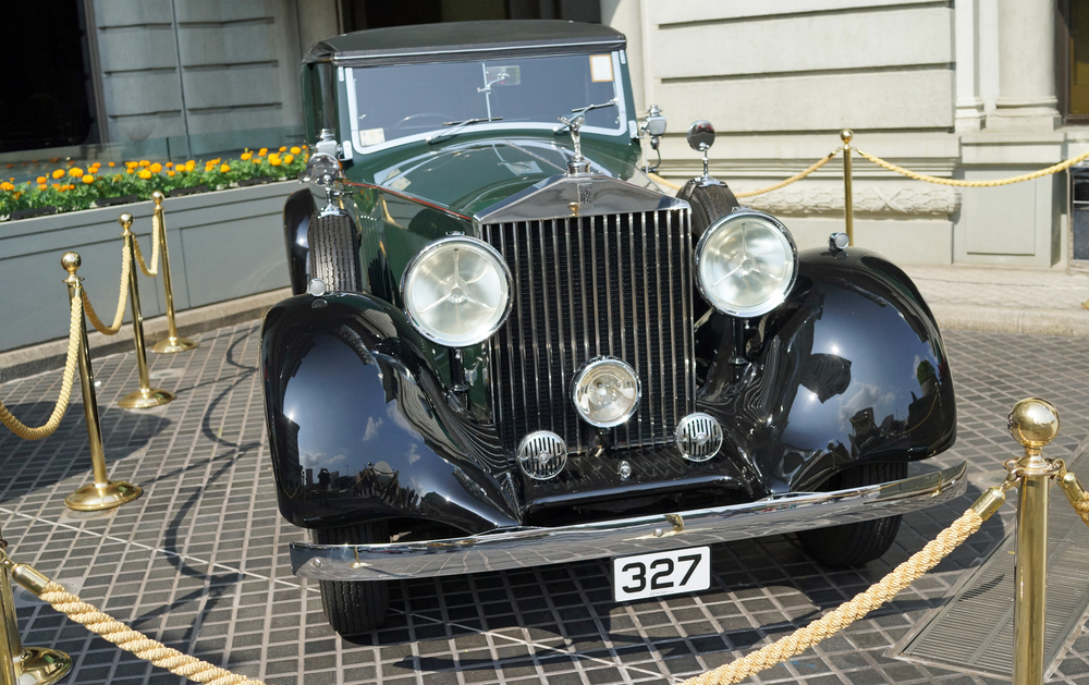 Oh gosh, what a lovely old Rolls Royce which was parked at the Peninsula Hotel in TST for a couple of days..the paint job is classic British Racing Green and I like the expensive number plate as well..