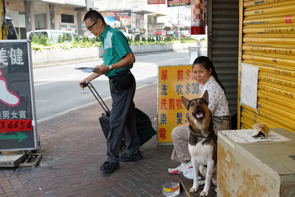 I happened across these people in Sham Shui Po, there is a sign behind the lady saying do not touch the dog! when I got close the dog started growling at me so I backed off a bit wondering why an earth the lady would sit there will a nasty dog on a busy pavement? anyway.......