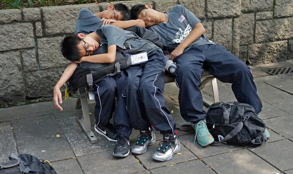 These poor kids were totally zonked out!! -  go here for all of my favourite Hong Kong images