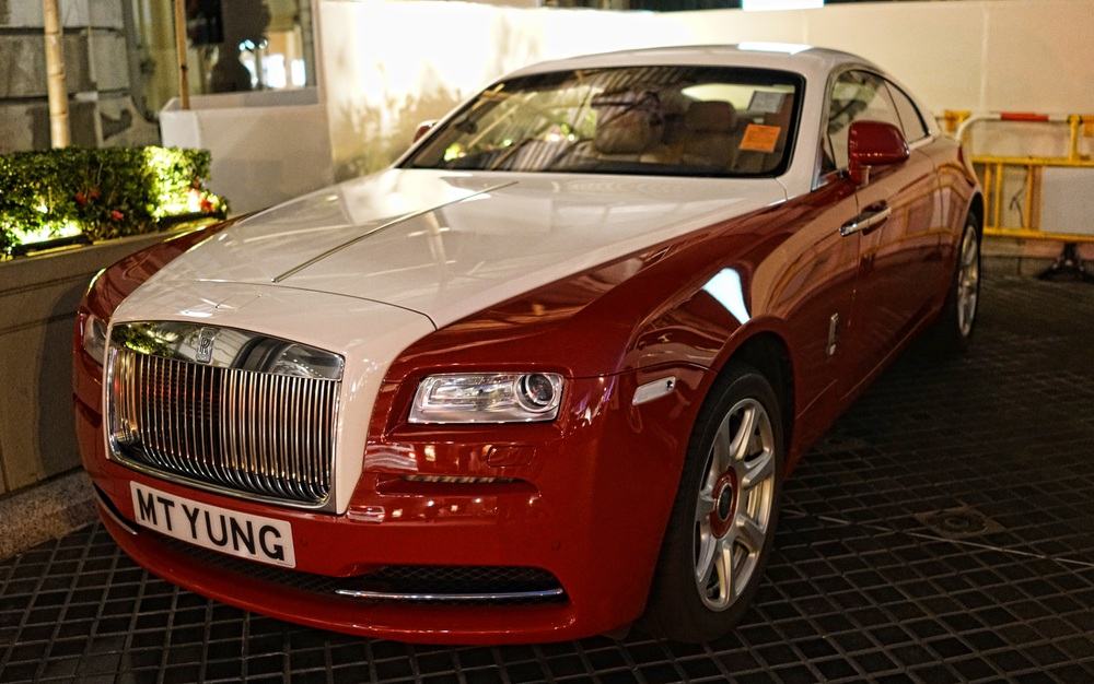 This is only my 2nd of sighting of the rather glorious Rolls Royce Wraith and what a splendid model it is, I love the paint job