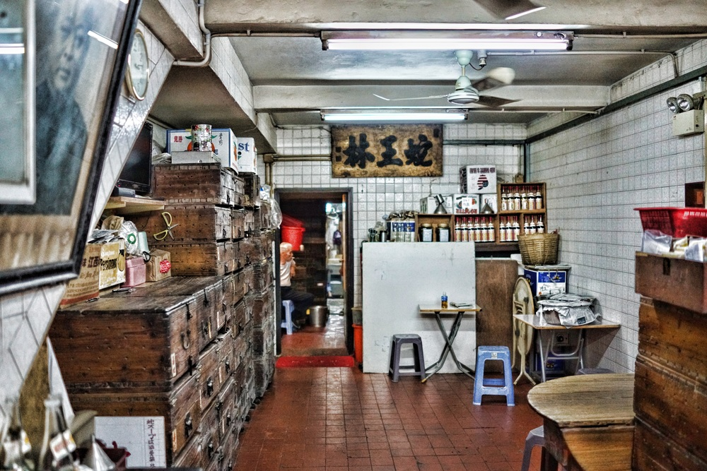 My favourite snake shop in Sheung Wan, I am a frequent visitor as I am trying to overcome my fear of poisonous snakes, this shop has thousands of deadly snakes and most of them end up in a bottle or as a quick meal. - for the record Hong Kong has 14 species of poisonous snakes and I encounter some of them at the Peak.