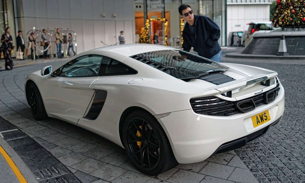 I am a frequent visitor to the absolutely marvellous Four Seasons Hotel in Hong Kong and it is also a hot spot for supercars and the odd hypercar.... above is a McLaren a rather lovely and very fast English supercar with the owner trying hard to be nonchalant as he opens the door...WOW.