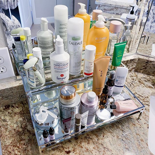 😭New place = no medicine cabinet & not much storage immediately where I do my routines. I need to get creative💪🏼 I'm still trying to figure it all out, but in the meantime I brought out this little mirrored vanity I originally bought to use as a pic prop (from Pottery Barn). As much as I don't usually like a bunch of items on the counter, I have to say it's actually been really nice seeing my whole routine staring at me...easy access & it's a good reminder not to be lazy lol😂☺️ Maybe I'll end up loving this setup???!! BTW...how are you??? Hope it's a good Monday for you!!!😊💕