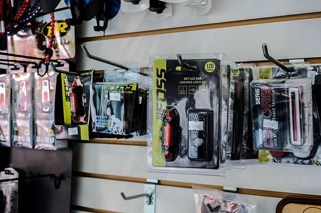 Las luces, en tanto actúan en forma preventiva, probablemente son tu mayor dispositivo de seguridad. En nuestra tienda tenemos varios modelos y precios con carga USB. Olvídate de las pilas.  Luces desde $3900.-