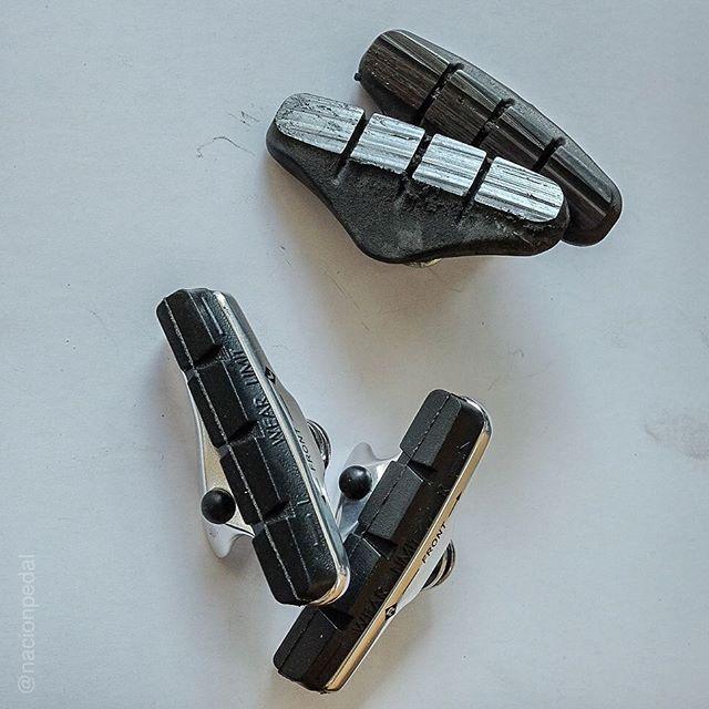 Patines de freno usados Vs patines nuevos.  No esperes a que lleguen a estar así, cambiar los usados es una mantención básica, barata e indispensable para tu seguridad.