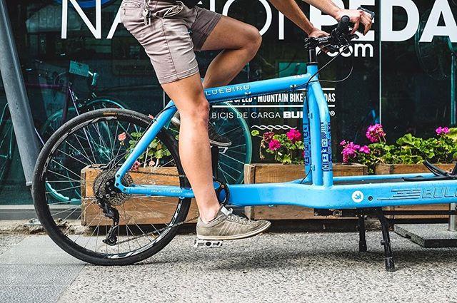 """Hay muchas formas de medir a qué altura debemos tener nuestro sillín, no pretendemos acá hacer una tesis sobre """"Bike fit"""" ni mucho menos, sólo mostrarles una forma rápida y eficiente de hacerlo. Vamos a poner la altura de nuestro sillín de tal manera que el talón, estando al centro del pedal, nos deje la pierna totalmente estirada (foto 1), de esta manera lograremos que poniendo el pié en la posición correcta (foto 2), es decir, el empeine justo al centro del pedal, la pierna quede semi flectada que es exactamente lo que buscamos. ¿Fácil no?"""