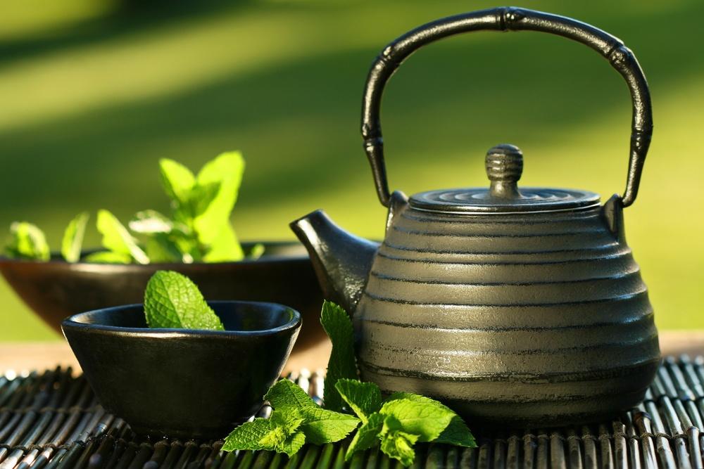 Black teapot w:mint leaves.jpg