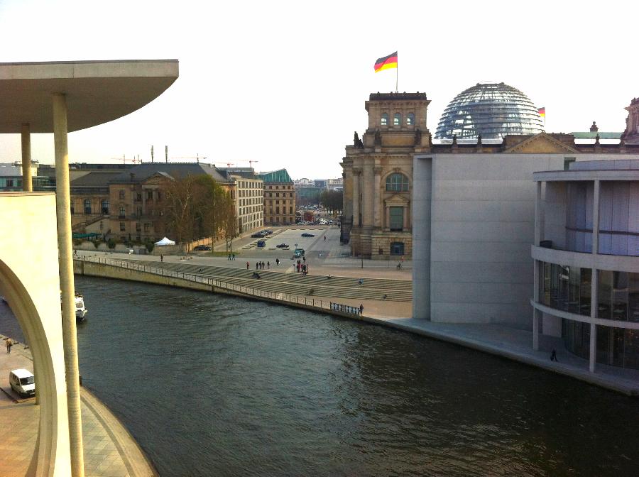AbgeordBrücke Richtung Reichstag BrandbgTor.JPG