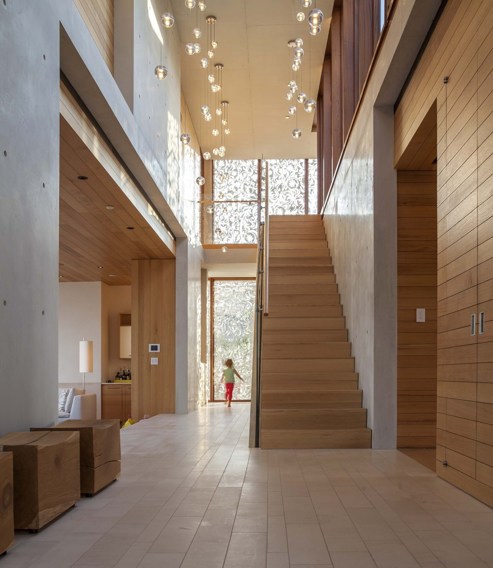 522f4d99e8e44e92b60000ce_beach-house-aamodt-plumb-architects_beach_house_stair_hall_jane_messinger.jpg