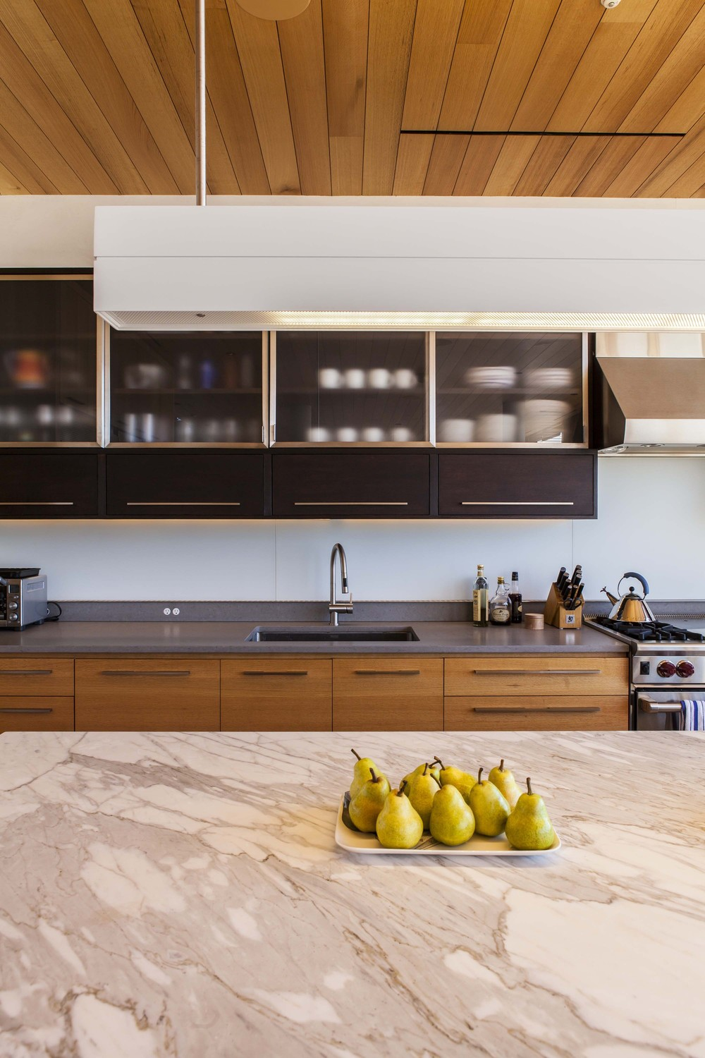 522f4d68e8e44e92b60000cd_beach-house-aamodt-plumb-architects_beach_house_kitchen_jane_messinger.jpg