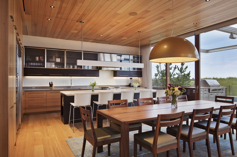 522f4deae8e44e92b60000cf_beach-house-aamodt-plumb-architects_beach_house_dining_kitchen_archphoto.jpg