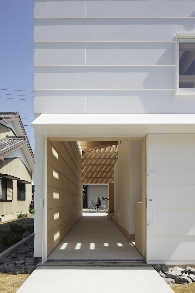 5248528fe8e44e67bf00027f_light-walls-house-ma-style-architects_lightwallshouse_04.jpg