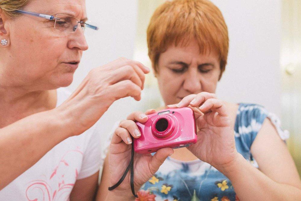 Una voluntaria asiste a una participante ciega durante la realización del Proyecto Cámara Lúcida; un curso de fotografía para personas ciegas en Las Palmas de Gran Canaria.