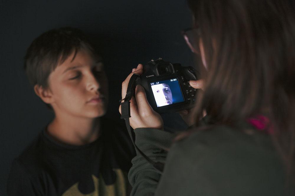 """Participantes realizando una práctica durante el curso """"Más allá del selfie"""", un taller de fotografía para adolescentes realizado en Gran Canaria Espacio Digital por Tomás Correa"""