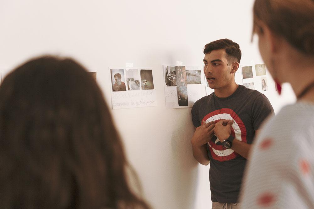 """Participantes presentando su trabajo al resto del grupo durante el curso """"Más allá del selfie"""", un taller de fotografía para adolescentes realizado en Gran Canaria Espacio Digital por Tomás Correa"""