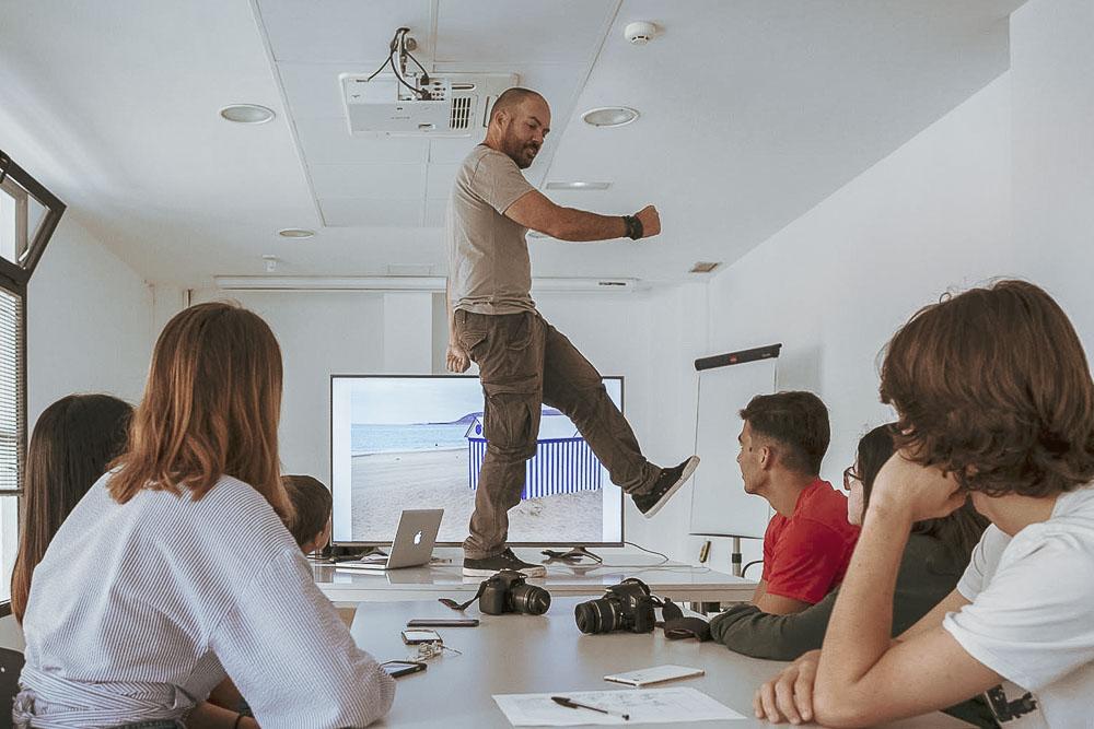 """Tomás Correa explicando conceptos durante el curso """"Más allá del selfie"""", un taller de fotografía para adolescentes realizado en Gran Canaria Espacio Digital"""