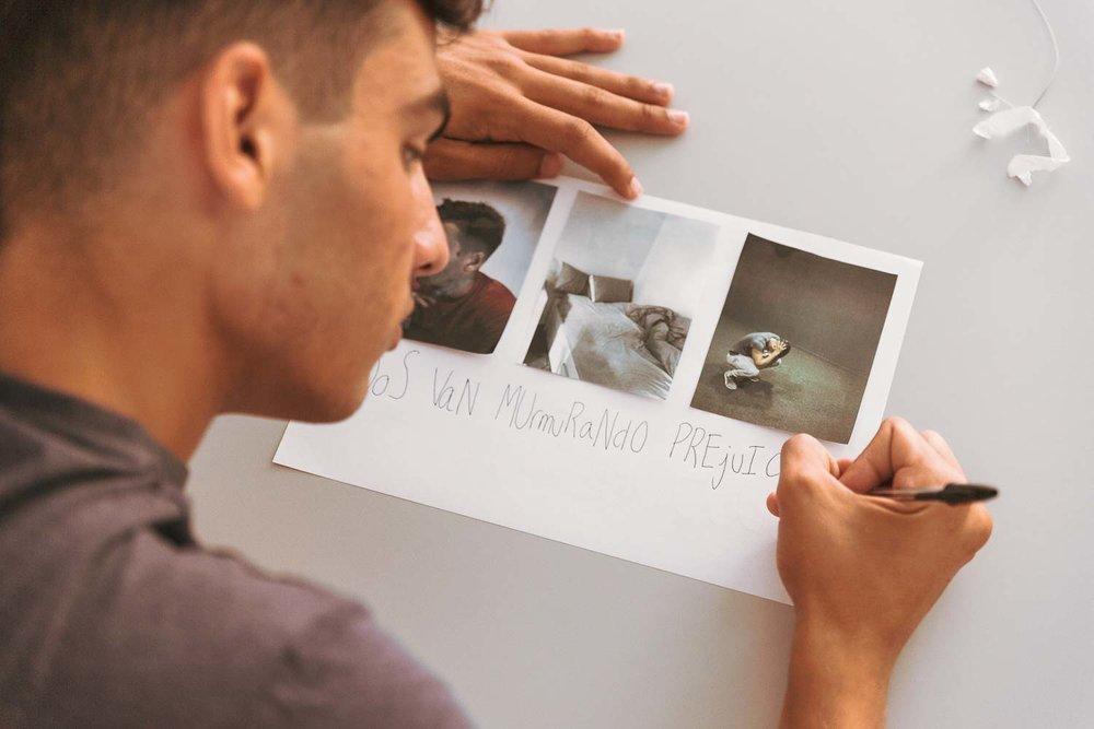 Al final de este taller orientado a adolescentes los participantes presentan una pequeña serie. La escritura va muy ligada a la fotografía.