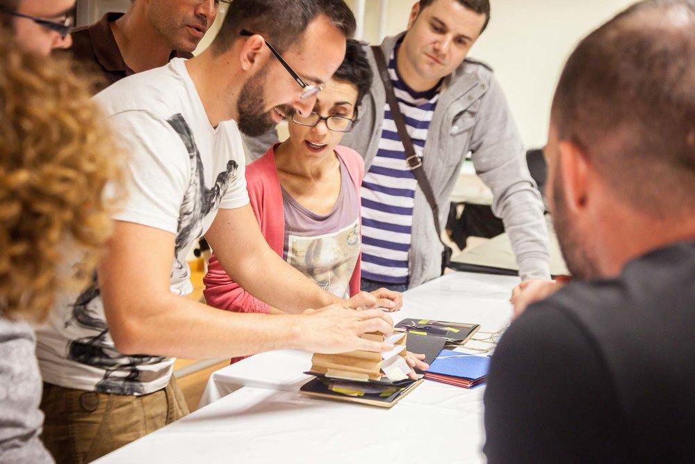 """Un participante muestra al grupo el resultado del trabajo realizado durante el curso """"De espejos y ventanas"""", un taller de creación de proyectos fotográficos realizado en Gran Canaria por Tomás Correa"""