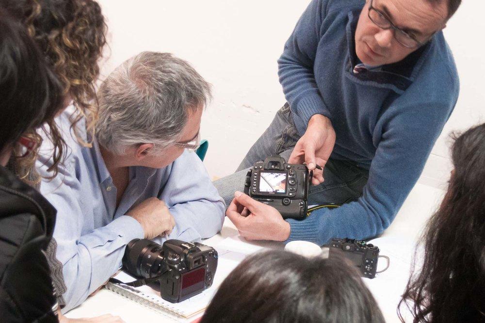 """Participantes comentado el trabajo durante el curso """"De espejos y ventanas"""", un taller de creación de proyectos fotográficos realizado en Gran Canaria por Tomás Correa"""