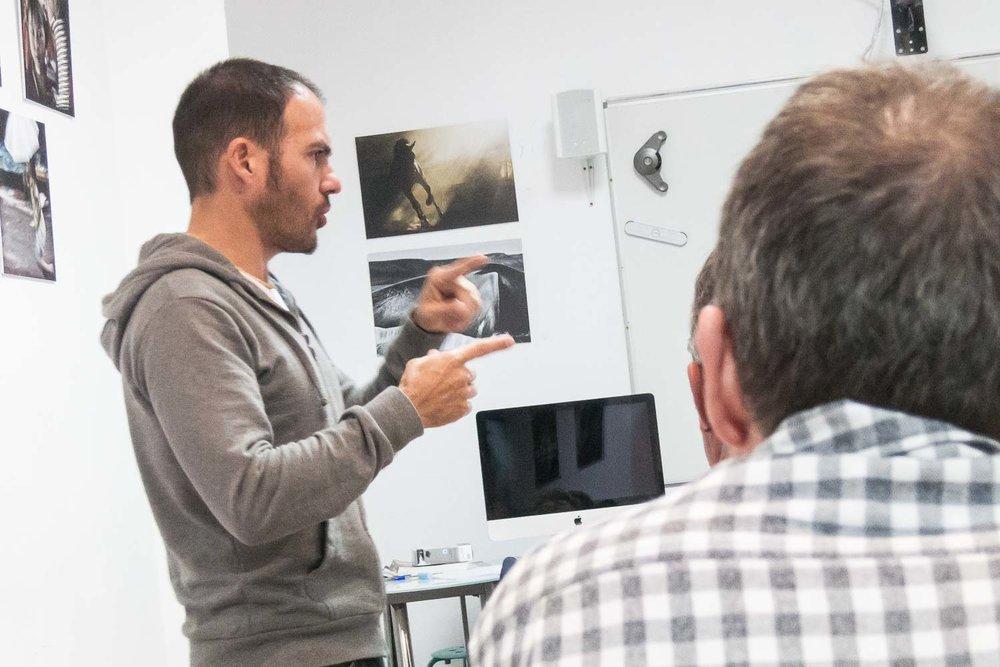"""Tomás Correa explicando conceptos durante el curso """"De espejos y ventanas"""", un taller de creación de proyectos fotográficos realizado en Gran Canaria"""