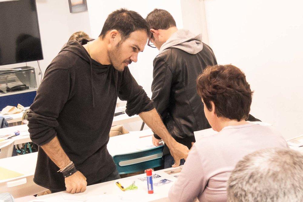"""Tomás Correa revisa los progresos de una participante durante el curso """"De espejos y ventanas"""", un taller de creación de proyectos fotográficos realizado en Gran Canaria"""