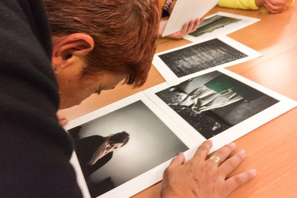 Una participante aprovecha su resto visual para analizar una fotografía durante la realización del Proyecto Cámara Lúcida; un curso de fotografía para personas ciegas en Las Palmas de Gran Canaria.