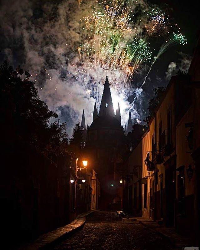 La #Alborada en #sanmigueldeallende 🏰 . .  #seanreaganphotography #sma #mexico #seanandmittie #fireworks #colorful #streetphotography #travellife #travelblog #travelwriter #travelblogger #writersofinstagram #writerslife #expatlife #nightphotography #travel #traveller