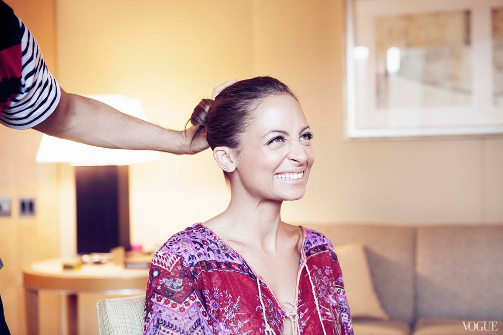 cfda-getting-ready-nicole-richie-1_103100973935.jpg