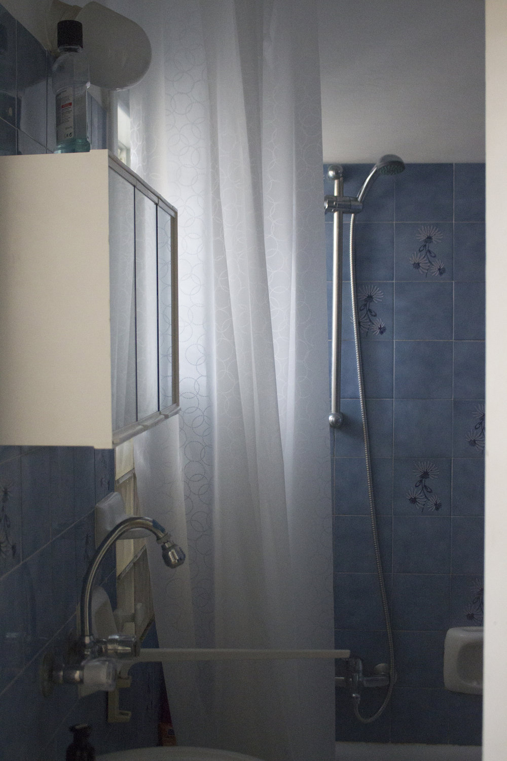 The Blue Tile Bathroom in Rishon LeZion, Israel apartment, photographed by Geena Matuson @geenamatuson #thegirlmirage.