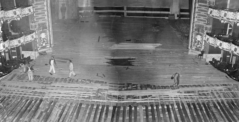 Converting the Philadelphia Metropolitan Opera House into a basketball court, 1939. Photo © Temple University Libraries, Urban Archives.