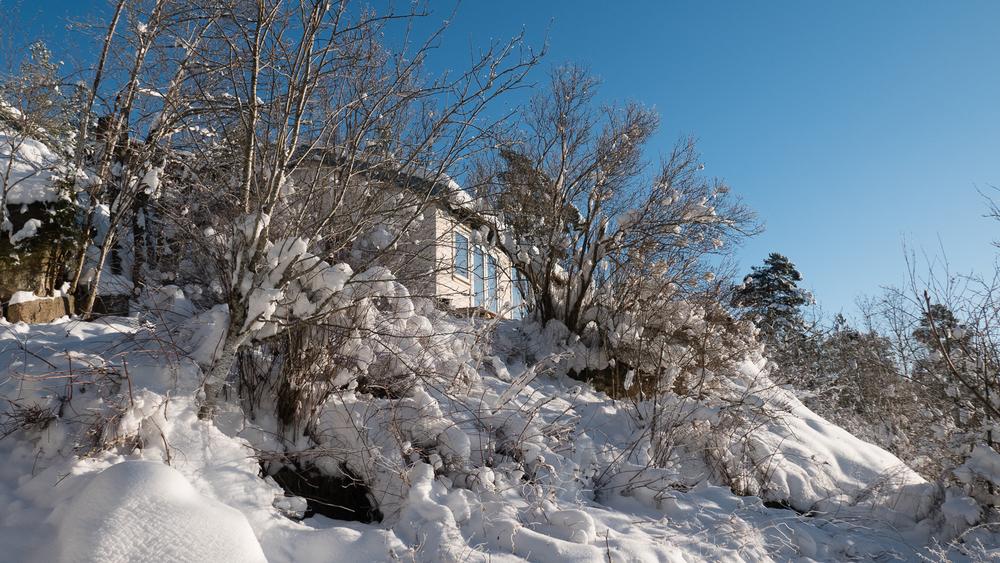 The Hvitsten cabin under construction, in the snow...