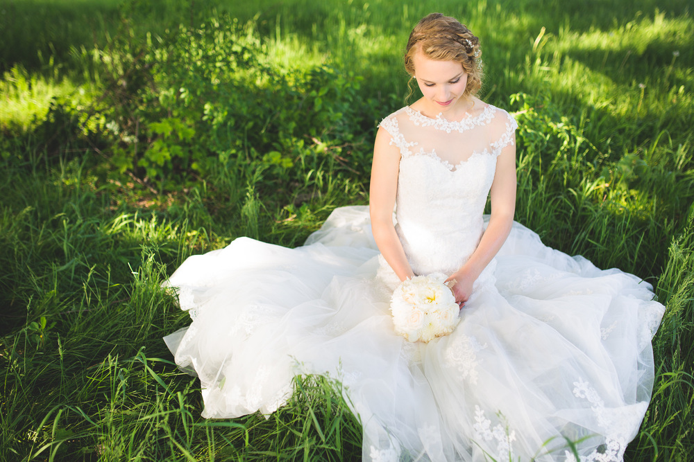 Bride-Grass-Field-Details-Lace